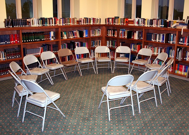 chairs-358404_640